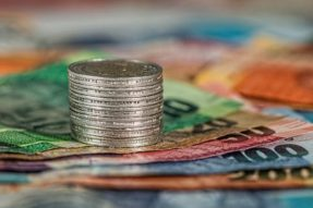 一只超过同行82%的基金正在用黄金对冲大选风险